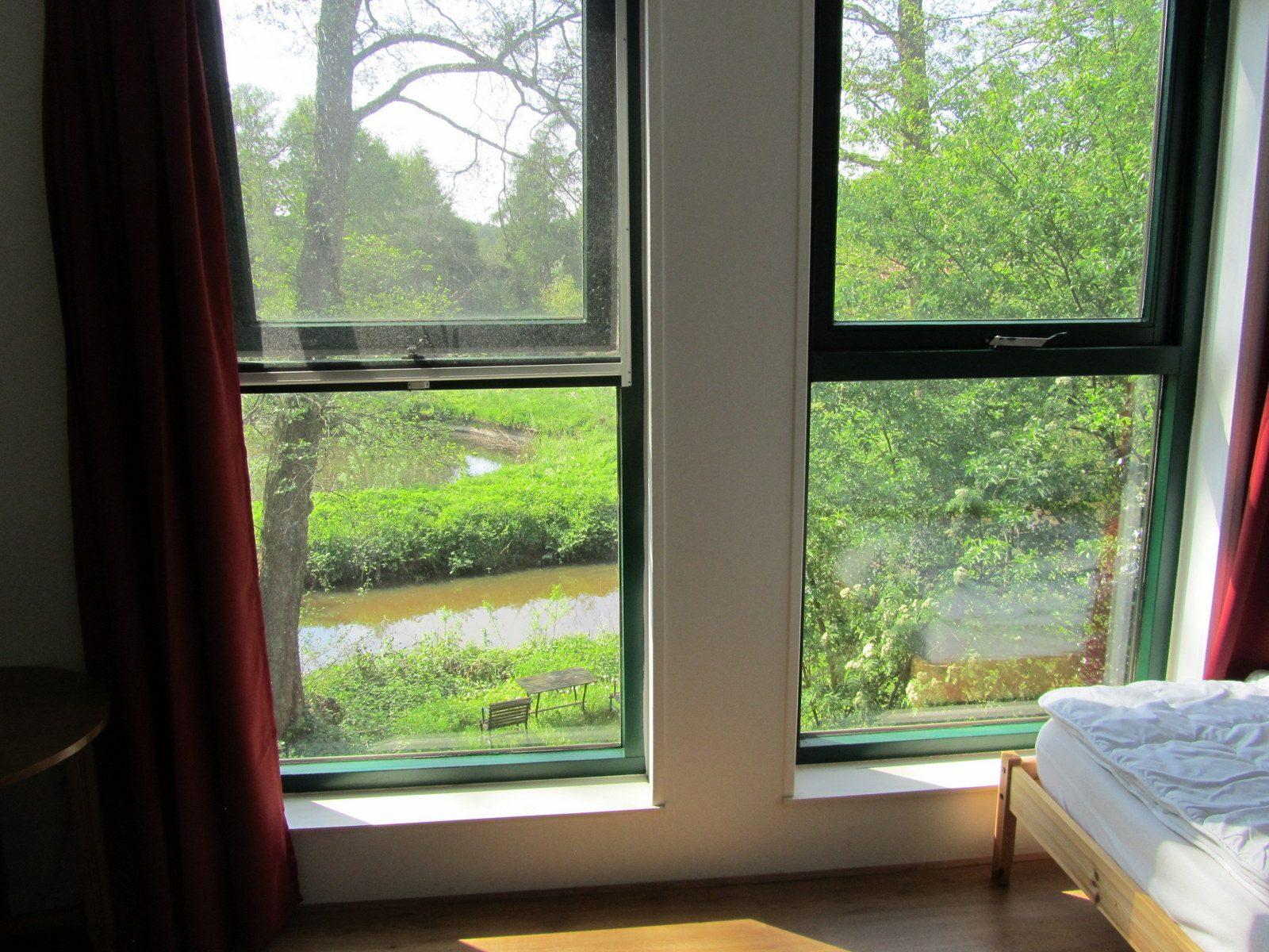 slaapkamer met uitzicht op  de Drentsche Aa te Schipborg