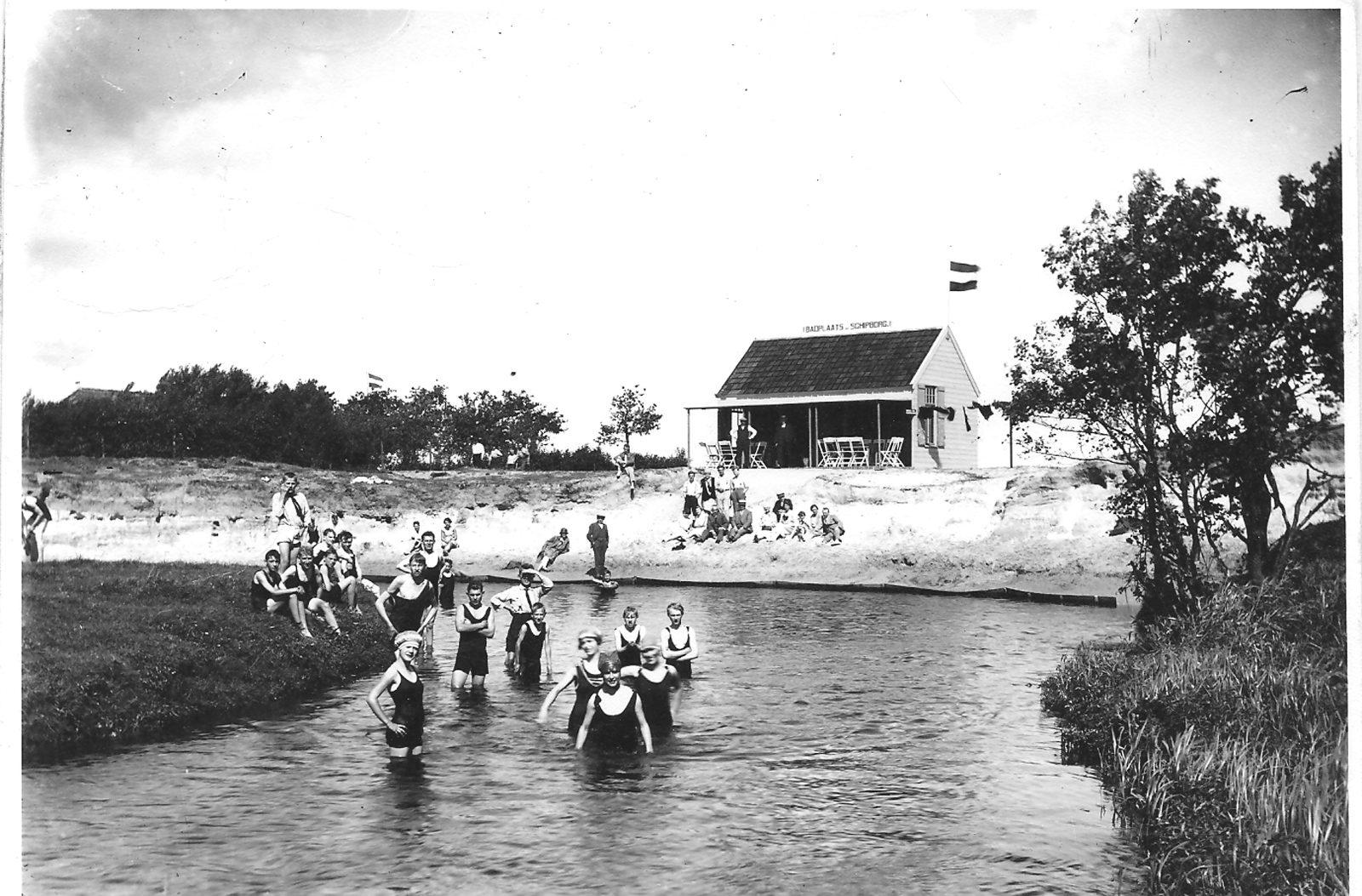 Zwembad rond 1930 de mannen waren verplicht om een badpak te dragen Schipborg Músarrindill